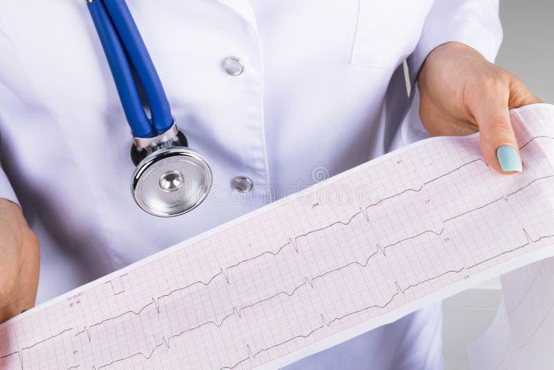 心电图, ecg在手中一位女性医生 医疗医疗保健 诊所心脏病学心脏节奏和脉冲测试特写镜头 库存照片