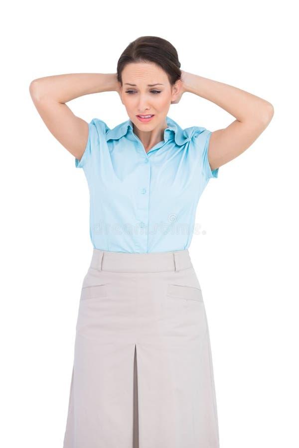 心神不安年轻女实业家摆在 免版税库存照片