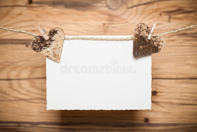 心脏和一张空白的消息卡片在线 免版税图库摄影