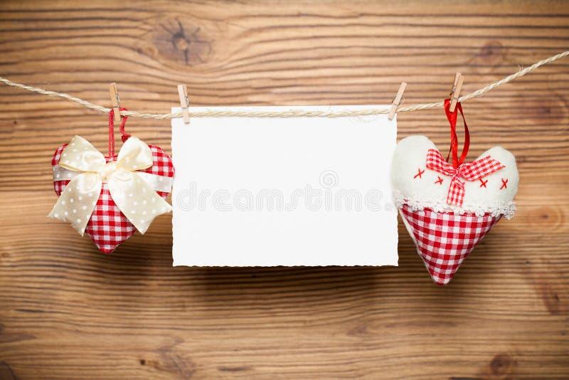 心脏和一张空白的消息卡片在线 免版税库存照片