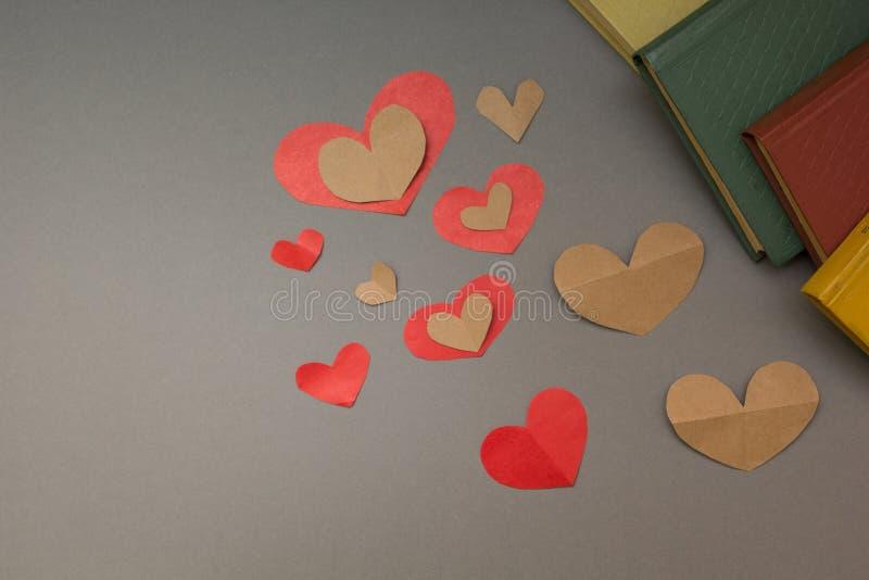 心脏和书在灰色背景 库存图片