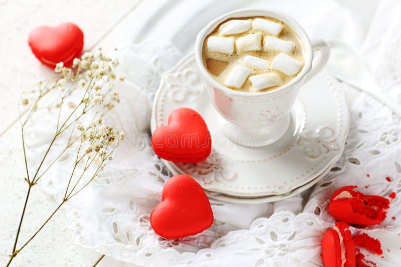 以心脏和咖啡的形式蛋白杏仁饼干用蛋白软糖 免版税库存照片