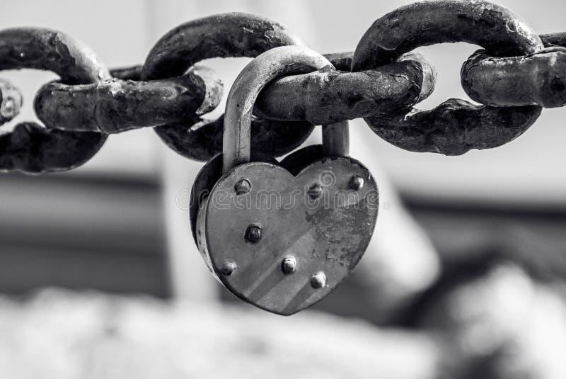 心脏和手铐 爱链子 闭合的重点 被塑造的重点锁定 库存图片