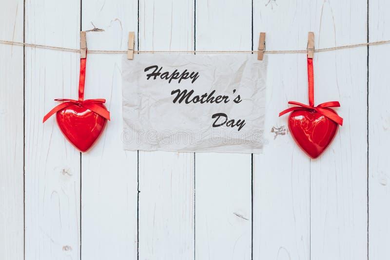 心脏和糊墙纸在白色木头礼物,母亲浓缩` s的天 库存图片