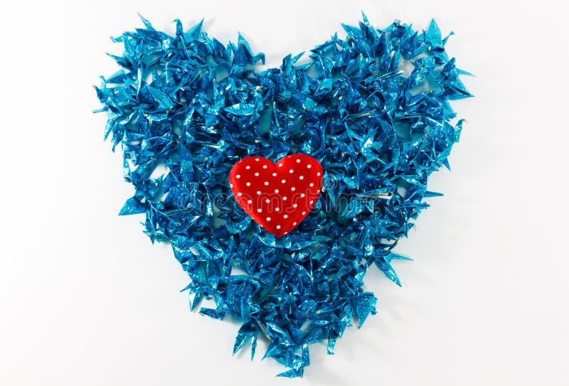 心脏和蓝色鸟纸在白色背景 免版税库存照片