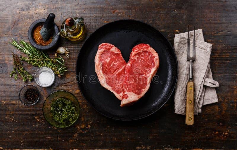 心脏形状与成份的生肉牛排 图库摄影