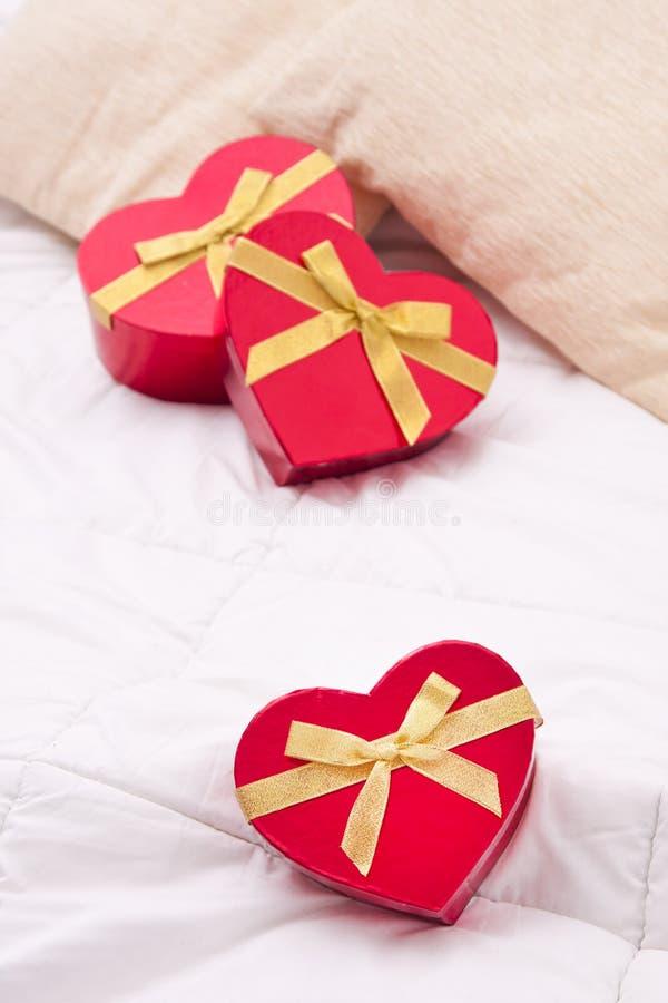 心脏形状在卧室 免版税库存照片