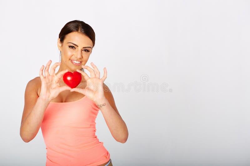 心脏形状在妇女的手上 库存照片