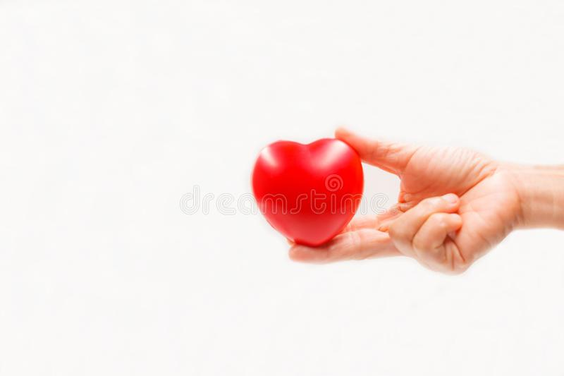 心脏形状在白色背景的帮手上 心脏病症,疾病保护,前摄核对,头脑诊断,病态 免版税库存图片