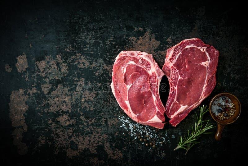 心脏形状未加工的新鲜的小牛肉肉牛排 库存照片