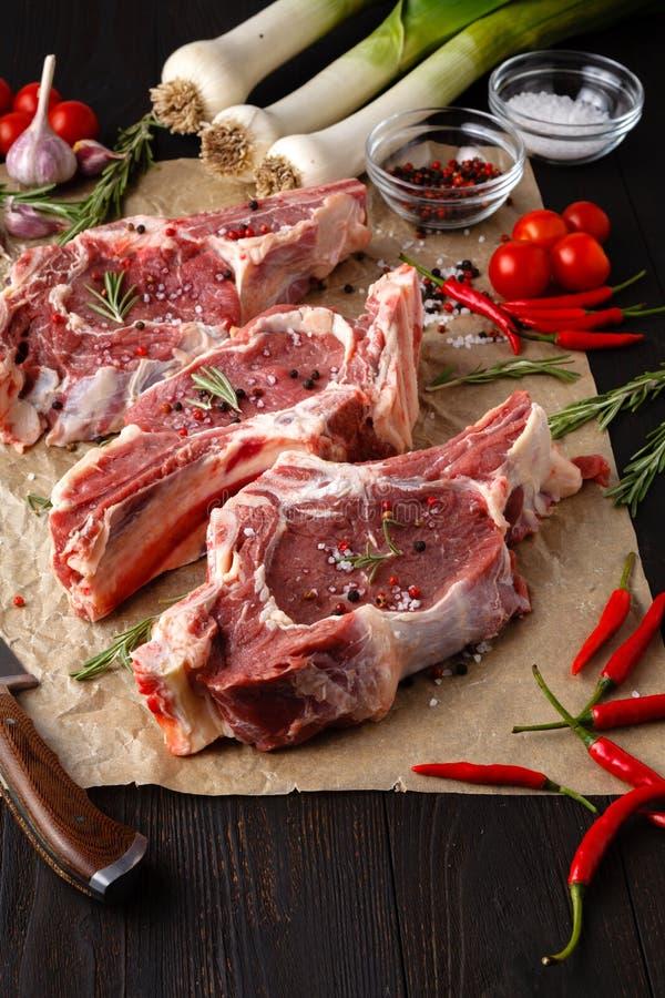 心脏形状未加工的新鲜的肉Ribeye牛排用迷迭香,以子弹密击  库存图片