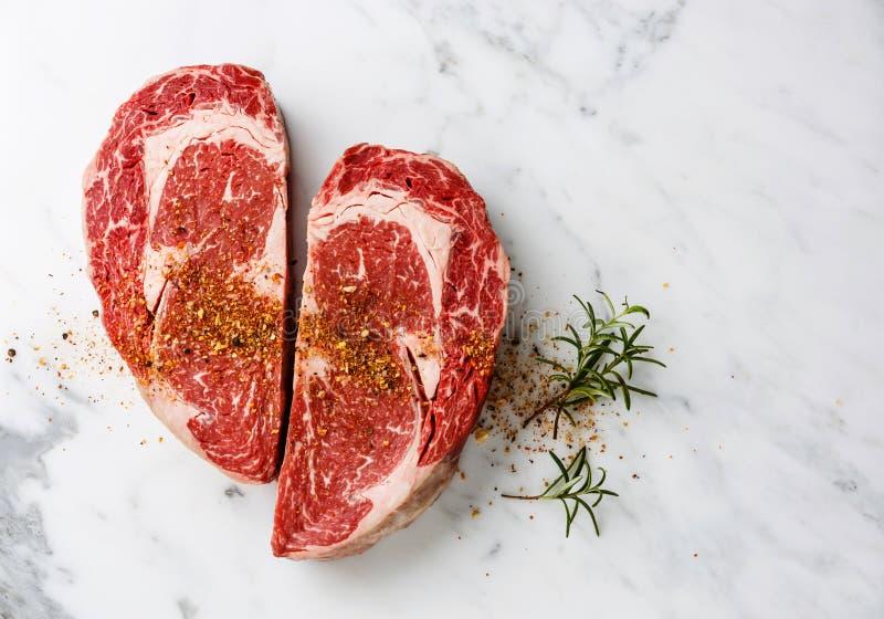 心脏形状生肉与调味料的Ribeye牛排 免版税库存图片