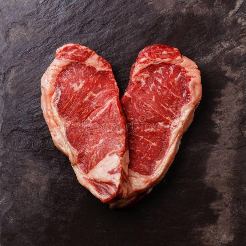 心脏形状生肉牛排 库存照片