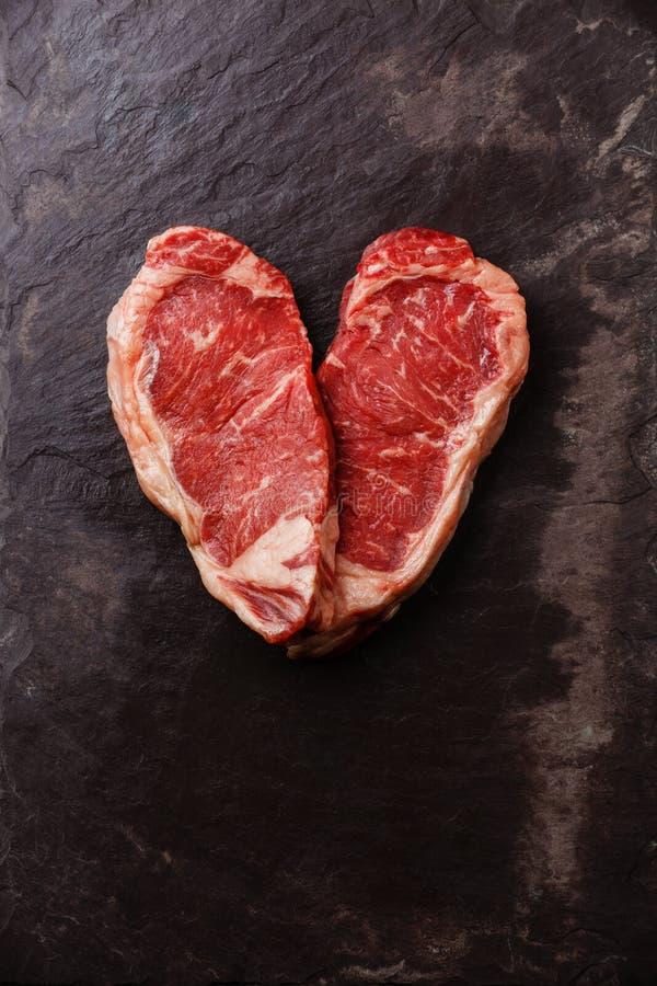 心脏形状生肉牛排Striploin 图库摄影