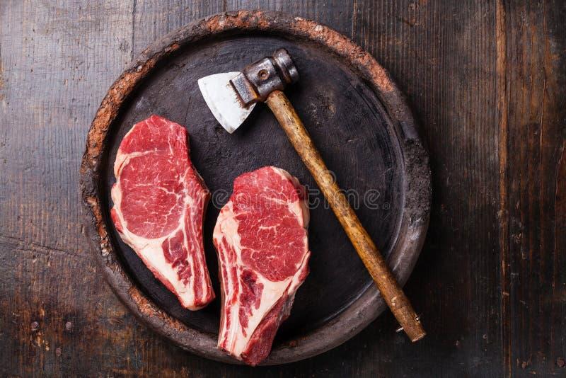 心脏形状生肉Ribeye牛排和切肉刀 免版税库存照片