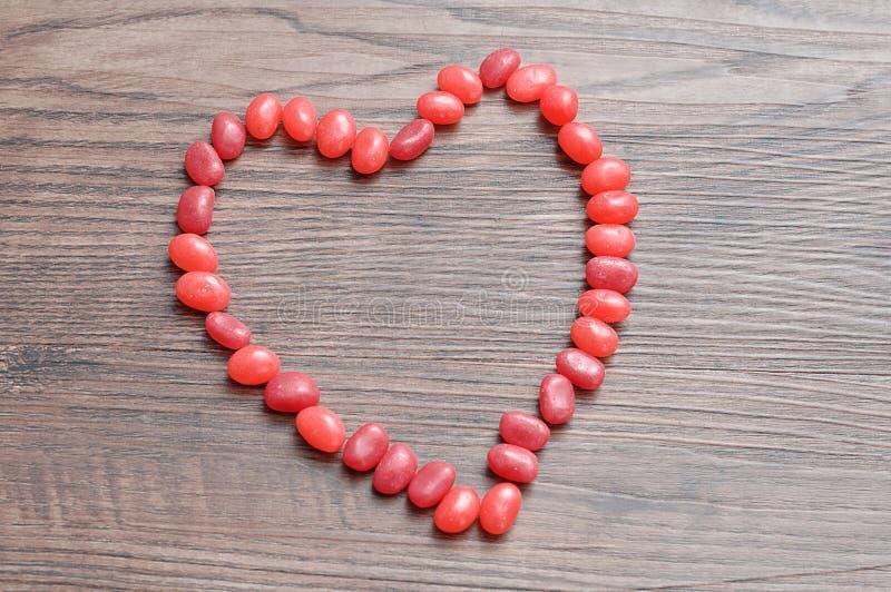 心脏形状由红色软心豆粒糖做成 免版税库存图片