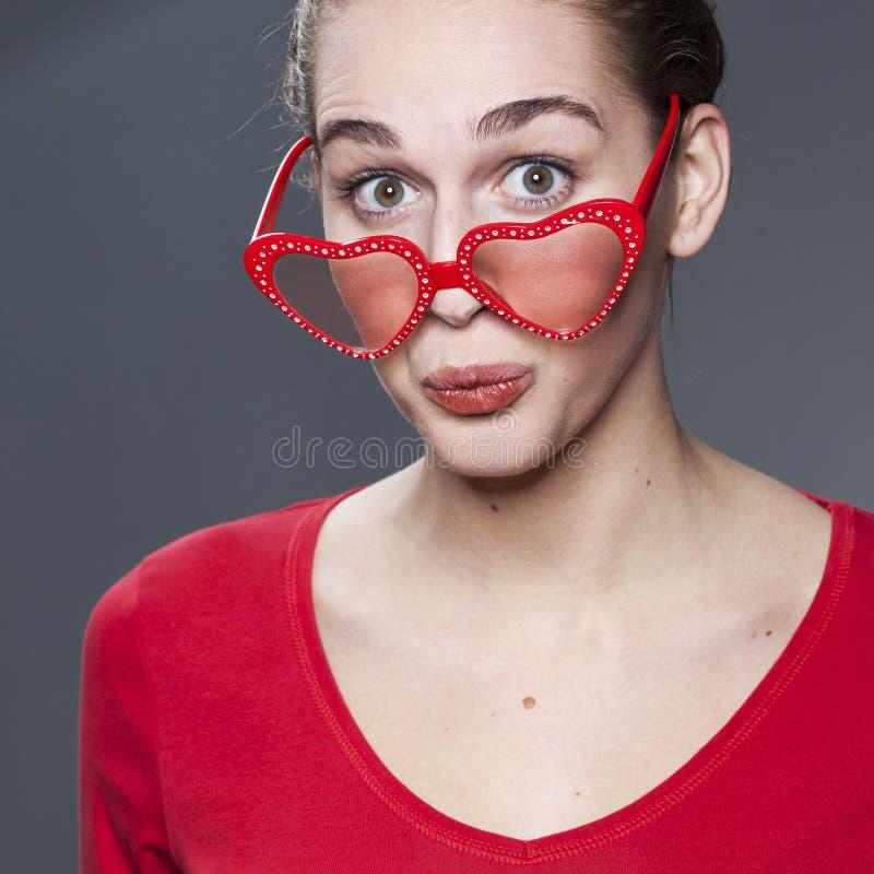 戴心脏形状眼镜的乐趣女孩 图库摄影
