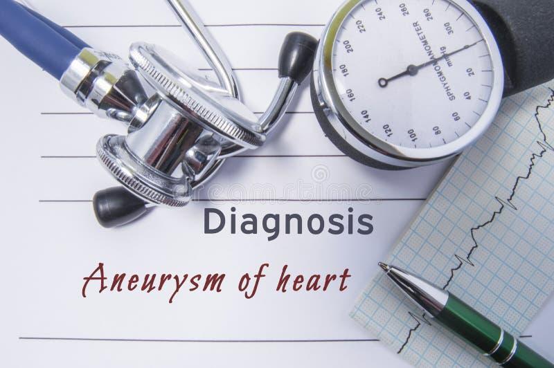 心脏心脏病诊断动脉瘤  与说谎在医生的桌上的心脏动脉瘤书面诊断的医疗形式报告  图库摄影