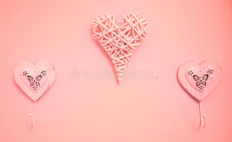 心脏挂衣架的图象在墙壁上的 库存照片