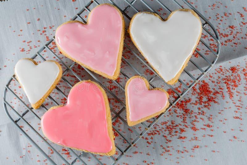 心脏曲奇饼和糖洒 免版税库存照片