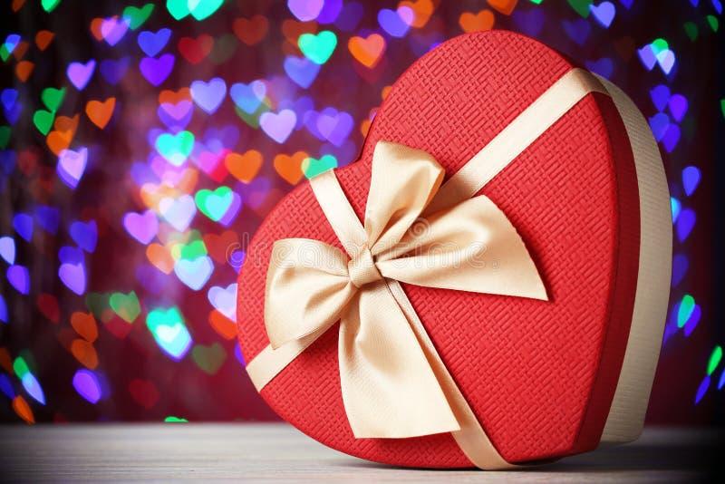 心脏有丝带的礼物盒 库存图片