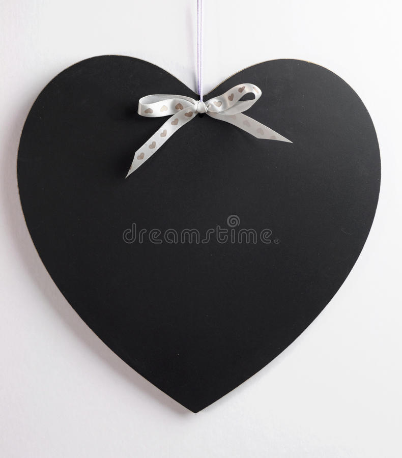 心脏有拷贝空间的形状黑板这里您的文本的。 免版税库存照片
