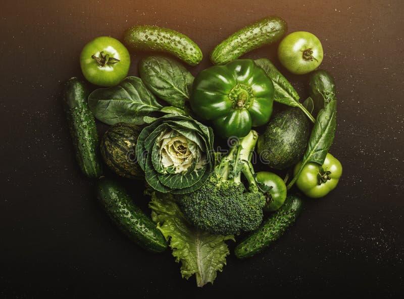 心脏由各种各样的绿色健康菜的形状形式,顶视图 免版税库存照片