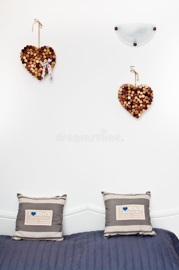 心脏由在床的酒黄柏做成 库存照片