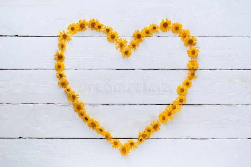 心脏由美丽的橙色野花组成 库存照片