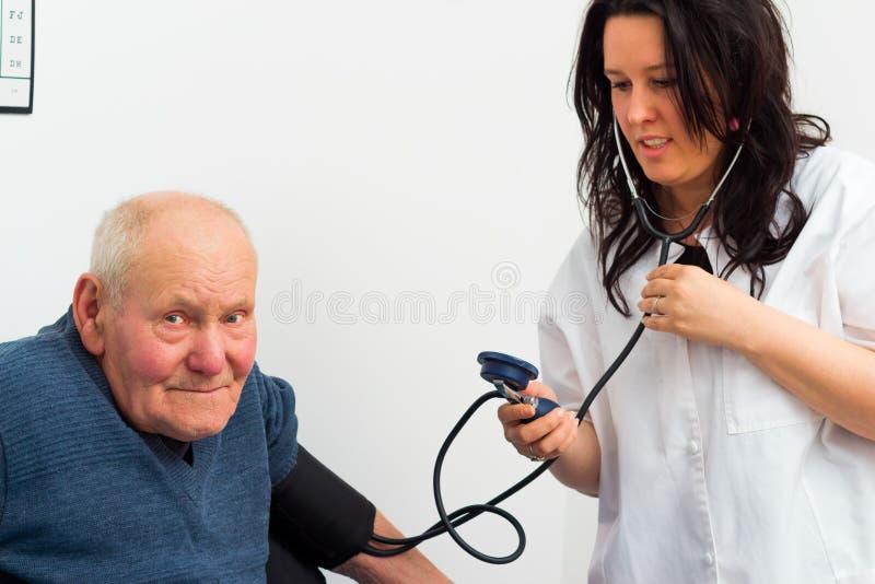 心脏病学的老人 免版税图库摄影