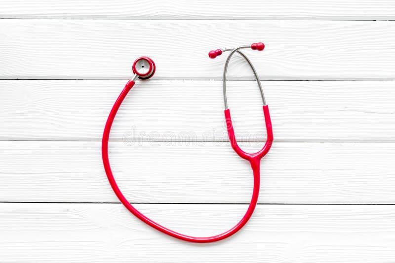 心脏病疾病诊断和治疗与听诊器的在白色木背景顶视图大模型 图库摄影