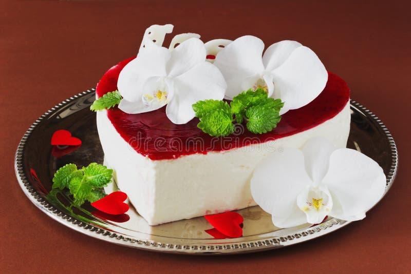 以心脏的形式庆祝的蛋糕 免版税库存照片