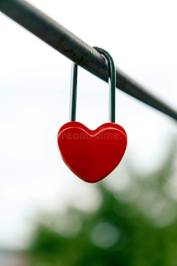 Download 以心脏的形式闭合的红色挂锁 库存照片. 图片 包括有 安全, 链子, 结婚, 言情, 挂锁, 天空, 重点 - 72359550