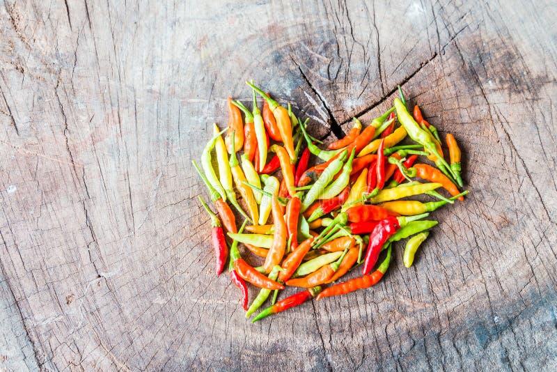 以心脏的形式组成的红色和greenchili胡椒 库存图片