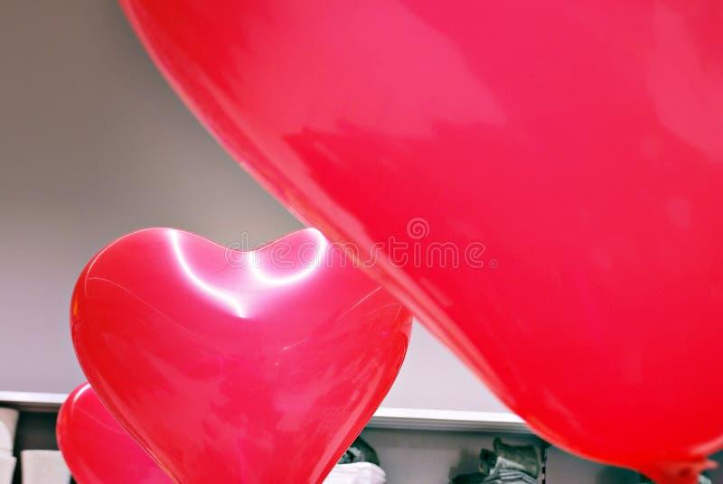 以心脏的形式Inflatables红色气球 库存照片