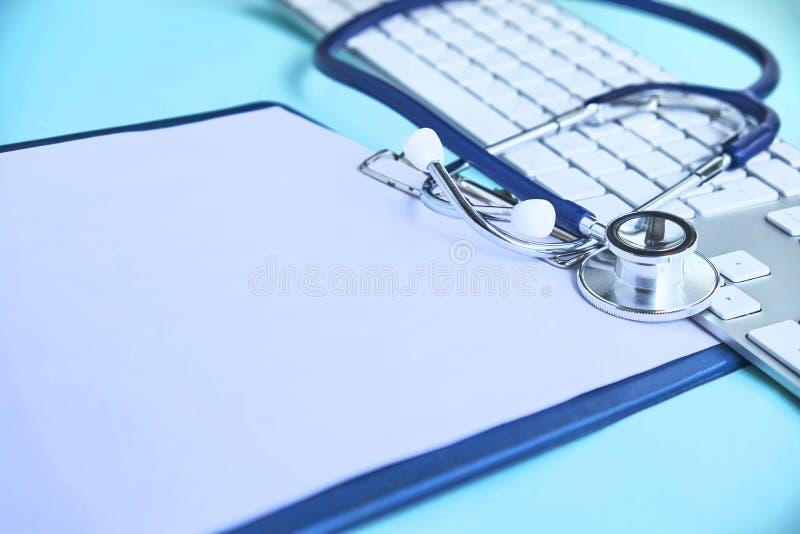 心脏科医师听诊器纸保险 库存照片