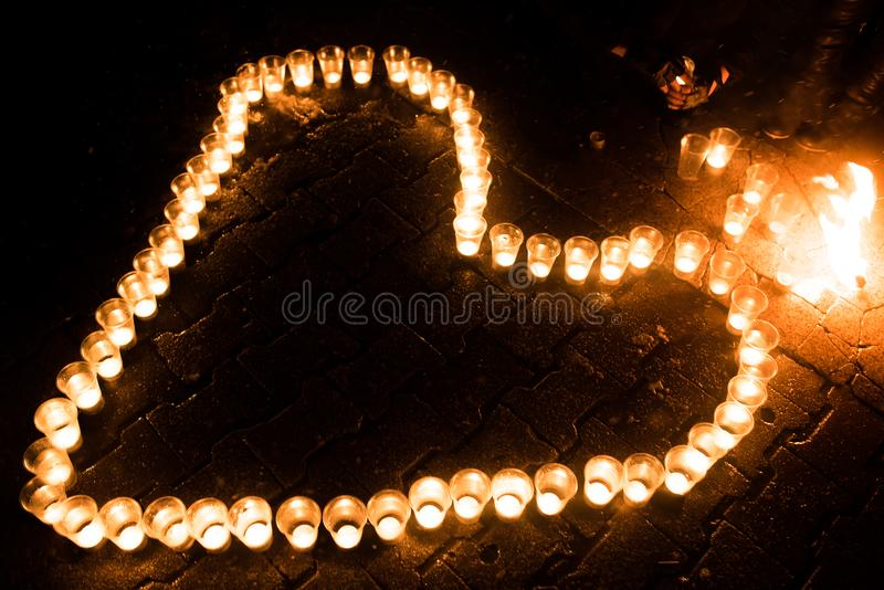 心脏组成由蜡烛,在地面上,在晚上 图库摄影