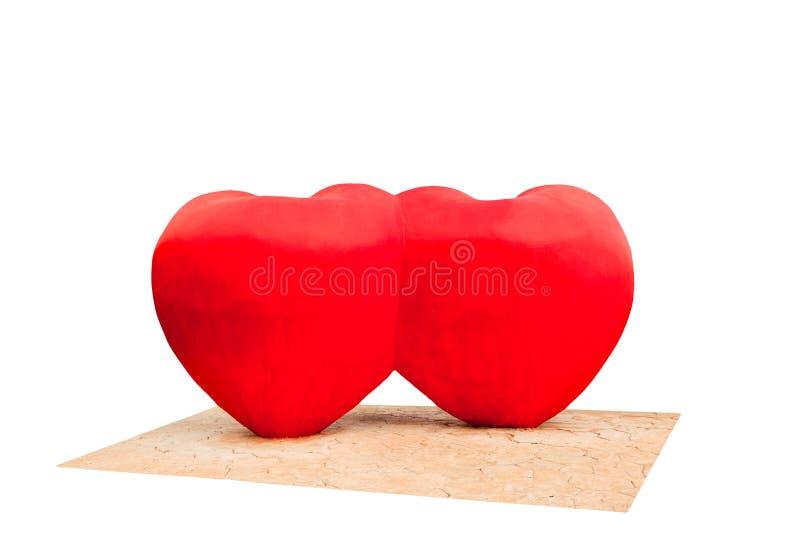 心脏雕塑由水泥制成和有颜色红色是爱的标志和新鲜的 免版税库存照片
