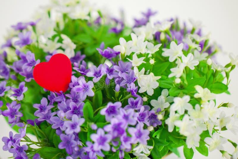 心脏,爱的标志在花束小花的 免版税库存照片