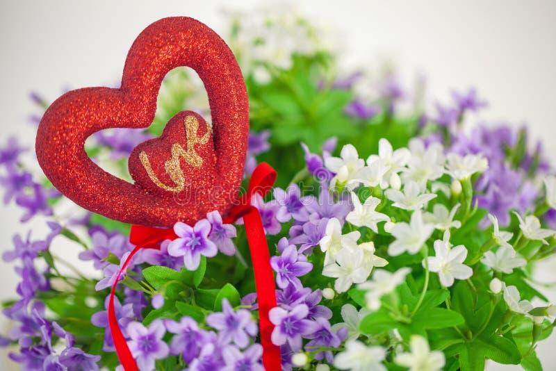 心脏,爱的标志在花束小花的 图库摄影