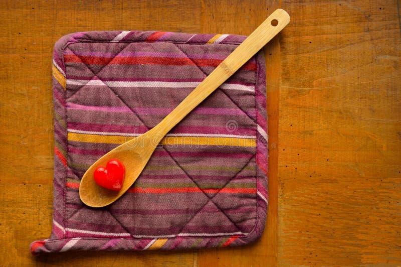 心脏-在一把木匙子的冰块 库存图片