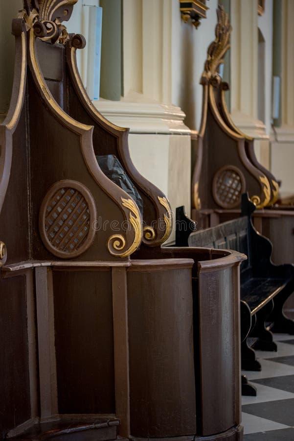 忏悔箱子木窗口在教会的 库存图片