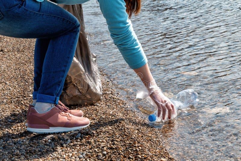 志愿者从池塘收集垃圾 生态和环境洁净的保存的概念 免版税图库摄影