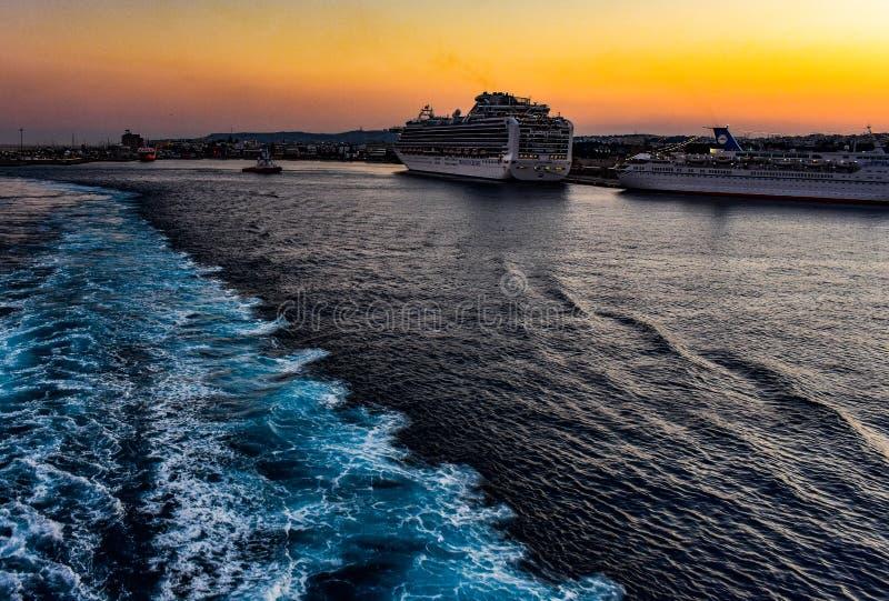 忘记罗得岛和回到有轮渡的雅典 库存照片