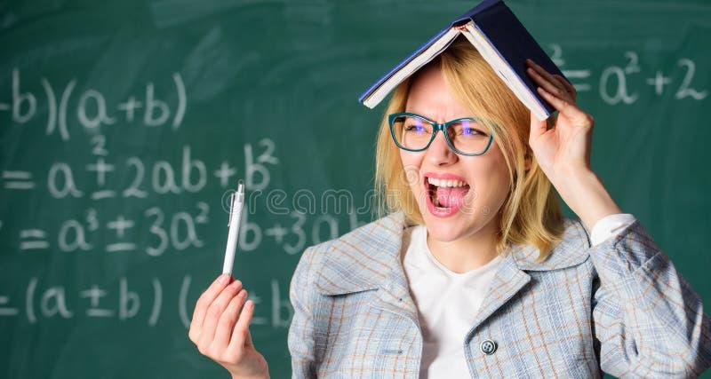 忘记重要信息 保留在记忆 改进记忆技巧 有书的妇女老师作为在头的屋顶 记住 免版税库存图片
