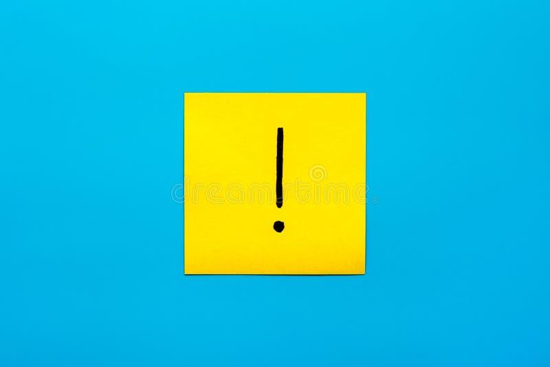 忘记,提示,颜色惊叹号的黑手写的标志的概念关闭的组合在一个黄色正方形的 库存照片