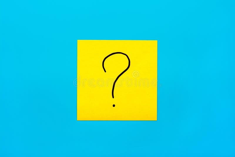 忘记,提示,颜色问号的黑手写的标志的概念关闭的组合在一个黄色方形的贴纸的 免版税库存图片