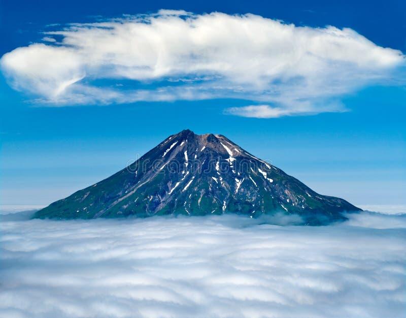 忙乱高峰火山,幌筵岛海岛,俄罗斯 免版税库存照片