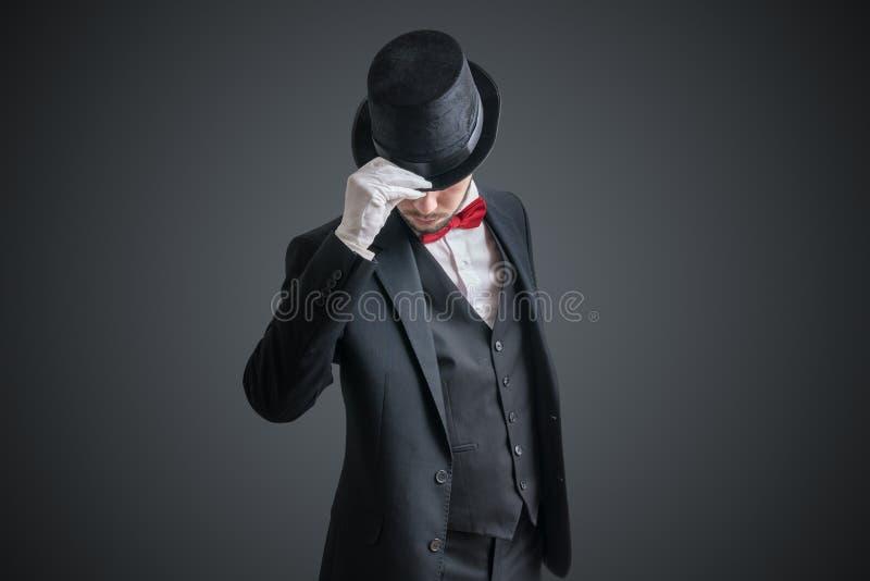 忠勇魔术师或魔术师衣服的脱他的帽子 图库摄影