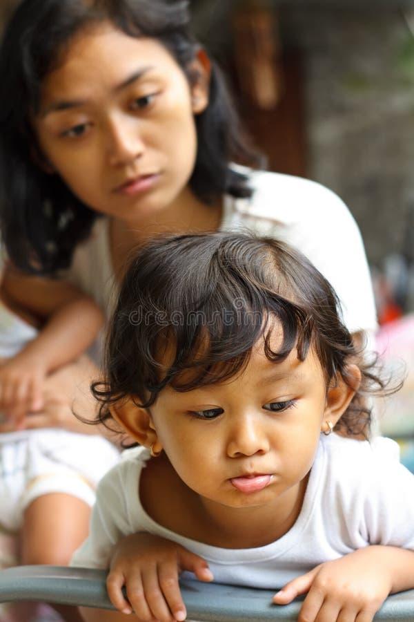 忠告淘气孩子的母亲 库存照片